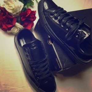 New in box black patent converse low top